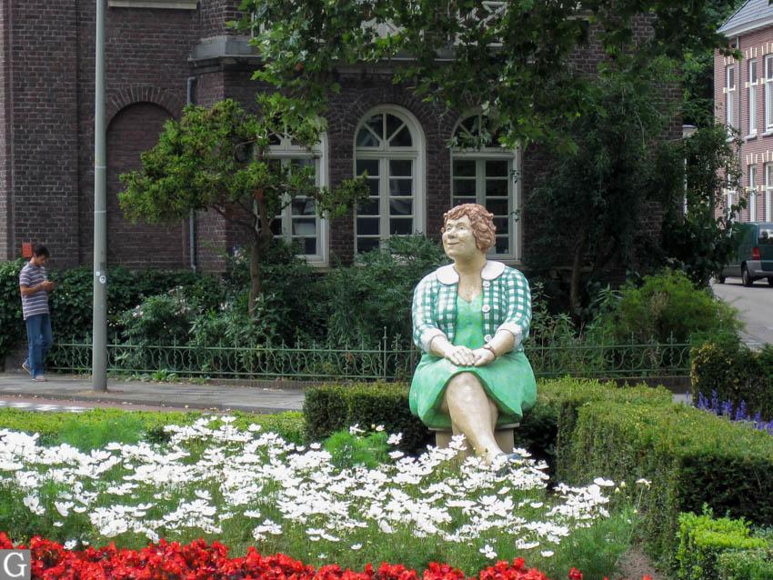 Heerlen, zittende vrouw