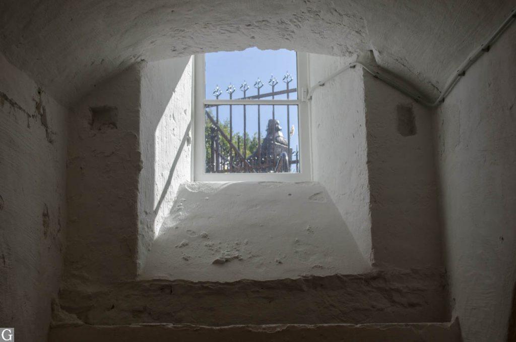 zicht op beeld Donders vanuit kelder Janskerkhof 3